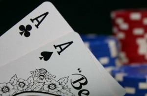 Estrategia de poker con Jonathan Little jugar al par superior prediciendo las reacciones del oponente