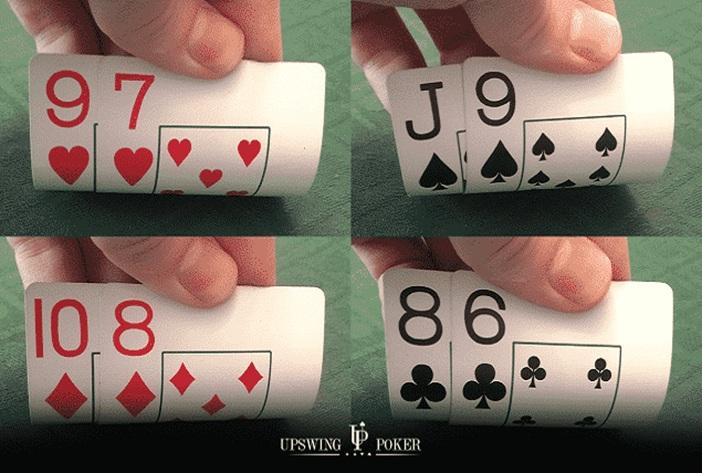 Cómo jugar a los gappers en las partidas (consejos preflop y consejos postflop) -Estrategia de Póker- ¿Qué es lo que no te gusta de los gappers del mismo palo? Puedes conseguir escaleras de color, extraños pares de dos, triples y super rayas disimuladas. Un gappers, del mismo palo es una mano inicial con dos cartas no consecutivas del mismo palo que pueden formar una escalera (como 10♠ 8♠, 9♥ 6♥ , y J♣ 7♣). En este artículo, aprenderás a jugar gappers en los escenarios preflop más comunes. Te daremos tres consejos para jugar gappers del mismo palo cuando conectas con el flop y tres consejos para cuando falla el flop. En qué se diferencian los Gappers con palo de los Conectores con palo Los dos tipos de manos iniciales son bastante similares, pero los gappers del mismo palo no son tan fuertes como los conectores del mismo palo. La mayor diferencia es que los gappers tienen menos posibilidades de conseguir una escalera. 98s tiene un 2,23% de posibilidades de hacer una escalera 97s - 1.91% 96s - 1.59% 95s - 1.27% Otra diferencia obvia es que los conectores del mismo palo tienen más posibilidades que sus homólogos del mismo palo. Esto puede resultar bastante costoso si aciertas con la pareja superior o media. Por ejemplo, si tienes 97s y haces un flop con una pareja alta en 9-6-2, te será difícil retirarte contra apuestas de valor de 98s (o de cualquiera de las manos de 9x más altas). Todo esto es bastante obvio. Lo que es menos obvio es cómo jugar exactamente un gapper del mismo palo cuando se le reparte uno, así que hablemos de ello. Cómo jugar un gapper del mismo palo en escenarios comunes antes del flop Nota importante: aunque las manos con cartas altas como Q10 y KJ son técnicamente gappers del mismo palo, esta sección preflop trata sobre cómo jugar gappers del mismo palo bajos y medios (J-alto e inferiores). Pots sin abrir Los gappers adecuados no están entre las manos más fuertes que hay. Por esta razón, no debe abrirlos desde todas las posiciones. Abrirás progre